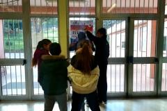 I ragazzi appendono la locandina del progetto