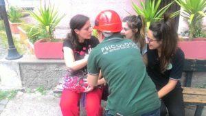 Psicologa che interviene durante un'esercitazione di protezione civile
